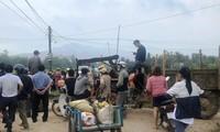 Dân chặn xe lãnh đạo không cho dự lễ khánh thành nhà máy điện mặt trời.
