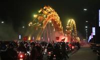 CĐV Đà Nẵng đốt pháo sáng ăn mừng ngôi vị Á quân của U23 Việt Nam. Ảnh Văn Tuấn