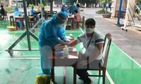 Toàn bộ người dân trong khu dân cư dọc tuyến đường quanh các bệnh viện, đang bị phong tỏa (phường Thạch Thang, quận Hải Châu, Đà Nẵng) đã được các y bác sĩ lấy mẫu xét nghiệm COVID – 19