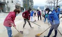 Tuổi trẻ Đà Nẵng ra quân dọn vệ sinh bờ biển sau bão số 13