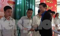 Anh Nguyễn Bá Duân, Phó Bí thư Thành Đoàn Đà Nẵng trao quà Tết cho những học viên có thành tích cải tạo tốt