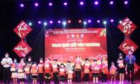 Thành Đoàn - Hội đồng Đội TP Đà Nẵng trao 30 suất quà và 200 phần quà Tết cho các em học sinh, thiếu nhi trên địa bàn