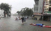 Đường phố Đà Nẵng hóa sông, người dân đổ ra chèo thuyền, bắt cá mặc thành phố can ngăn