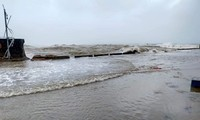 Tình hình bão số 9 đi qua miền Trung: Cúp điện nhiều nơi, mái tôn bay như giấy
