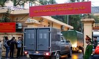 Đoàn xe chở bị cáo vụ án tham nhũng – kinh tế tại PVC tới tòa
