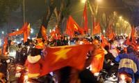 Bất chấp mưa nặng hạt, hàng ngàn người vẫn xuống đường mừng U23 Việt Nam