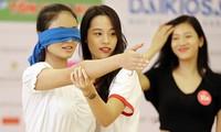 Thí sinh Hoa hậu Việt Nam bịt mắt tập catwalk