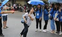 Phụ huynh mắng con lề mề, thí sinh hớt hải đến điểm thi vì muộn giờ