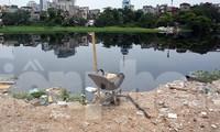 Hồ nước trung tâm Hà Nội bị 'bức tử' do rác thải và phế liệu xây dựng