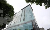 Tòa nhà 8B Lê Trực, Hà Nội vẫn dang dở sau 4 năm yêu cầu dỡ bỏ phần tầng xây dựng trái phép. Ảnh: Mạnh Thắng.