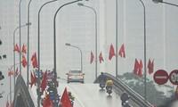 Thời tiết nồm ẩm, trời mù kèm mưa nhỏ khiến giao thông ở Hà Nội đi lại khó khăn