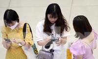 Nhiều người 'quên' đeo khẩu trang ở sân bay Nội Bài