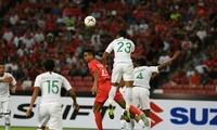ĐT Indonesia (áo đỏ) nhọc nhằn giành 3 điểm trước Timor Leste.