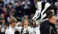 Cristiano Ronaldo ăn mừng ngôi vô địch Serie A với Juve