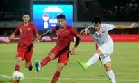HLV Shin Tae-yong chê các cầu thủ Indonesia (trái) yếu thể lực.