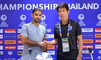 HLV Saad Ali Al Shehri của U23 Saudi Arabia bắt tay HLV Akira Nishino của U23 Thái Lan.
