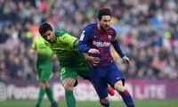 Jose Angel bất lực trong việc ngăn cản Messi ghi bàn.