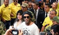 Ronaldinho bị bắt giữ tại Paraguay vì dùng hộ chiếu giả.
