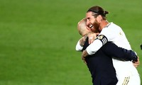 HLV Zinedine Zidane ăn mừng chức vô địch La Liga cùng Sergio Ramos.
