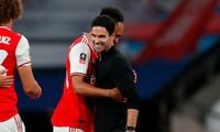 HLV Mikel Arteta ăn mừng cùng các cầu thủ Arsenal.