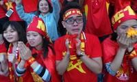 Hàng vạn cổ động viên trên sân Hàng Đẫy vỡ òa cảm xúc khi hậu vệ Vũ Văn Thanh thực hiện thành công quả penalty cuối cùng đưa Việt Nam vào chung kết lịch sử của giải U23 Châu Á