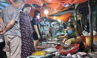 Người dân Đà Nẵng mua hải sản trước giờ cảng lớn nhất miền Trung 'đóng cửa'