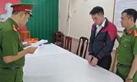 Cơ quan Công an tống đạt quyết định khởi tố, lệnh bắt giam đối với Vũ Xuân Ngữ. Ảnh: CA