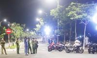 Các chiến sĩ công an quận Sơn Trà làm nhiệm vụ bảo vệ, phong toả hiện trường nơi 2 đồng đội hi sinh trong khi làm nhiệm vụ. Ảnh: Nguyễn Thành