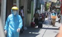 Người nhà bệnh nhân 416 được đưa đi cách ly vào trưa ngày 26/7. Ảnh: Nguyễn Thành