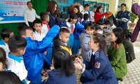 Các nữ chiến sĩ Vùng cảnh sát biển 2 trao áo ấm và quà cho học sinh có hoàn cảnh khó khăn, là con em của đồng bào dân tộc Cor.