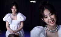 """Jennie diện váy búp bê trong phim tài liệu để """"đánh lạc hướng"""" chi tiết này trên cơ thể?"""