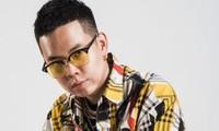 Rapper đình đám bồ cũ siêu mẫu Minh Tú cầm thứ gì trên tay mà bị netizen chỉ trích dữ dội?
