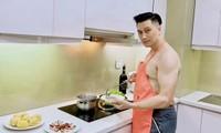 Việt Anh cởi trần nấu ăn nhưng khán giả lại chỉ chú ý đến sự bất thường của căn bếp