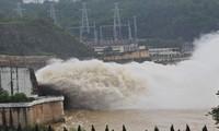 Thủy điện Hòa Bình mở một cửa xả lũ