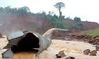 Một đoạn ống dẫn nước của thủy điện Đắk Kar bị đứt vỡ (Ảnh: Tuổi trẻ)