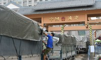 Phía Trung Quốc đang áp dụng việc kiểm soát gắt gao với nông sản của Việt Nam, khiến nhiều xe hàng chậm thông quan.