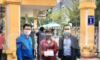 Anh Nguyễn Thái Hà, Bí thư đoàn Cơ quan Trung ương đoàn và anh Phạm Tuấn Anh, Bí thư Đoàn cơ sở báo Tiền phong trao tiền hỗ trợ cho mẹ tình nguyện viên Hoàng Văn Tuấn.