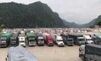 Khoảng 2.300-2.600 xe nông sản đang ùn ứ ở các cửa khẩu tại Lạng Sơn (Ảnh: Nam Khánh)