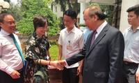 Thủ tướng chào các đại biểu sau khi kết thúc hội nghị trực tuyến với cộng động doanh nghiệp sáng 9/5 (Ảnh: Phạm Anh)