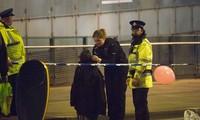 Một em bé được đưa ra khỏi hiện trường vụ khủng bố ở Manchester Arena, Anh.