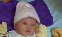 Cháu bé bị bỏ rơi khoảng 5 ngày tuổi.