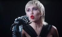 """Xem cách Miley Cyrus quậy tung cả thế giới trong single mới """"Midnight Sky"""" kìa!"""
