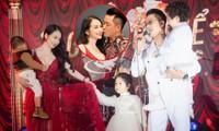 Vợ chồng ca sĩ Tuấn Hưng lần đầu cùng 3 thiên thần nhỏ xuất hiện trên sân khấu