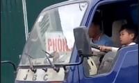 Hình ảnh trẻ nhỏ điều khiển xe tải. Ảnh facebook Phúc Trường