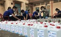 Tặng dung dịch sát khuẩn cho chung cư có người nhiễm Covid-19 ở Sài Gòn