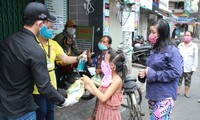 Quán cơm Sài Gòn đồng loạt sẻ chia phần ăn với bà con nghèo khi 'cách ly xã hội'