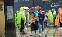 Nét đẹp tình nguyện trong ngày thi tốt nghiệp THPT mưa tầm tã giữa Sài thành