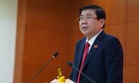 Ông Nguyễn Thành Phong trao đổi với báo giới tại buổi họp báo sau Đại hội Đảng bộ TPHCM lần thứ XI