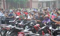 Nhiều YouTubers và người dân có mặt từ sớm theo dõi tang lễ nghệ sỹ Chí Tài