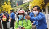 Thanh niên công nhân, người lao động về quê trên những 'Chuyến xe sum vầy'